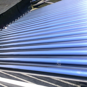 Zonneboiler met vacuumbuizen plat dak opstelling.
