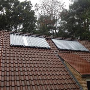 Zonneboiler met vacuumbuizen schuin dak opstelling.